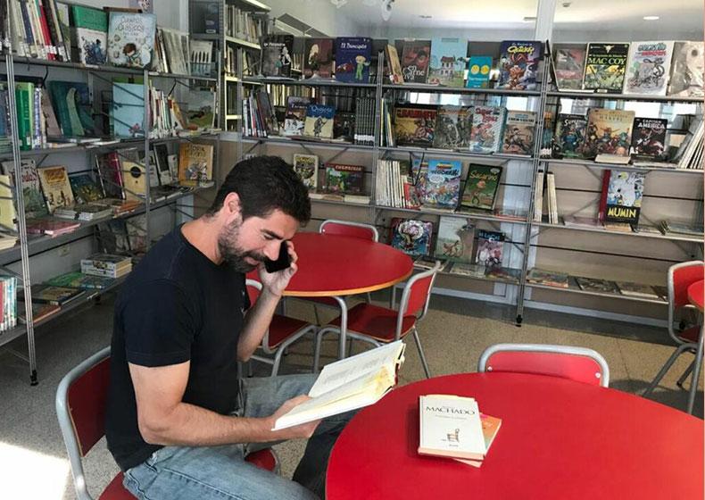 Il libraio che legge libri al telefono