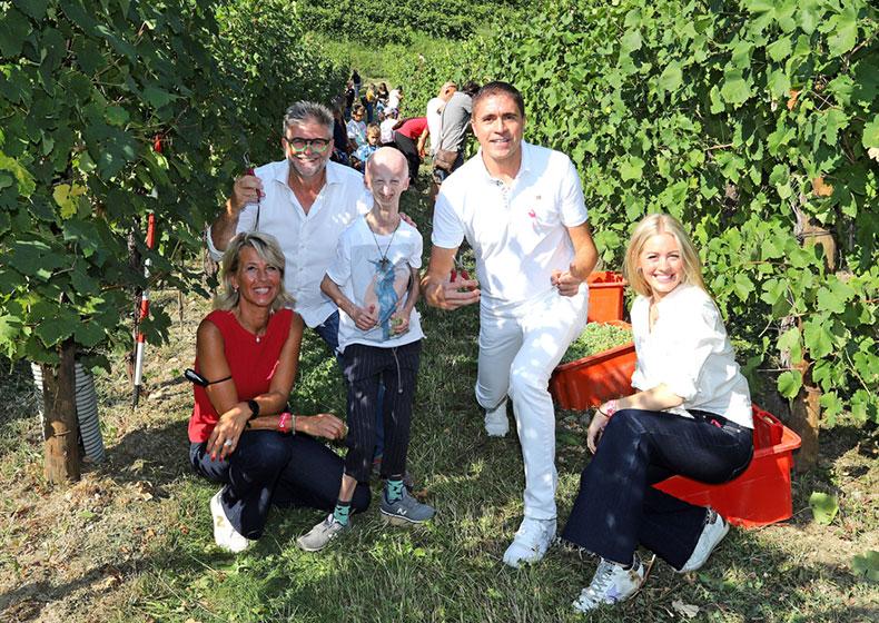 Raccolta dell'uva pro LILT a Le Manzane. Moreno Morello mattatore