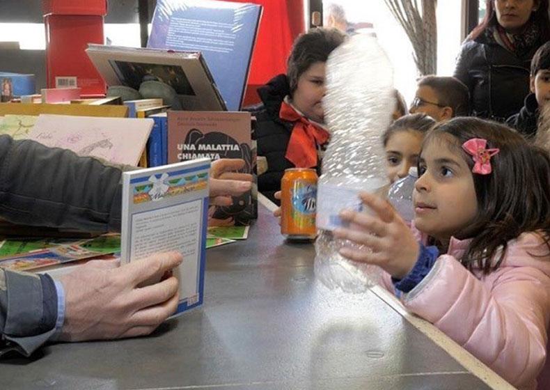 Non rifiutiamoci: l'iniziativa sorprendente di un libraio che regala un libro in cambio di bottiglie di plastica e lattine
