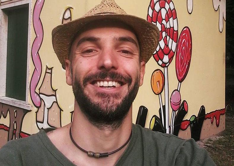 Lo street artist che ripulisce i muri dall'odio e li riveste di bellezza