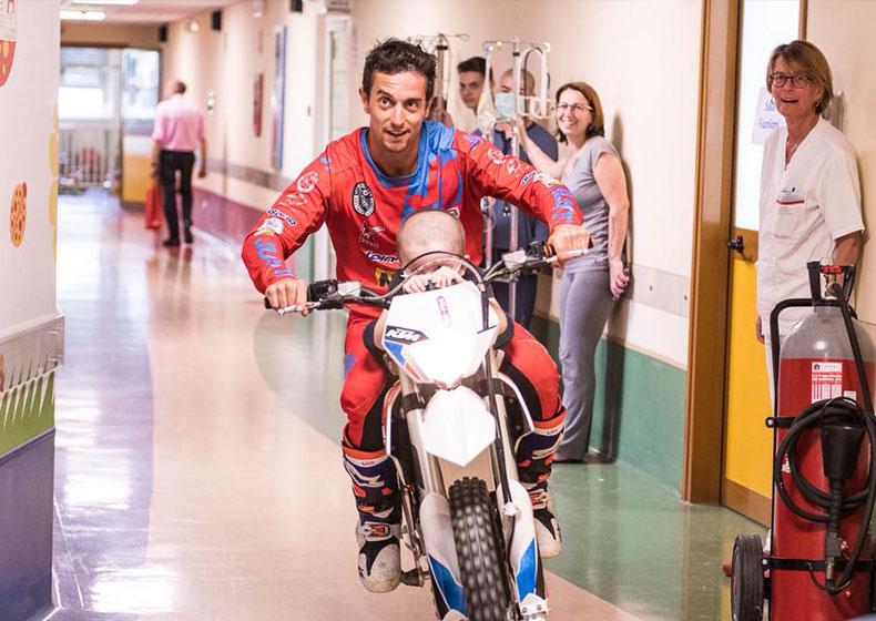 Motocross in ospedale con bimbi a bordo: la terapia gratuita di Vanni Oddera