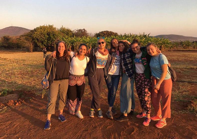 Sette ragazze, una missione: uscire un po' da sé per incontrare l'altro